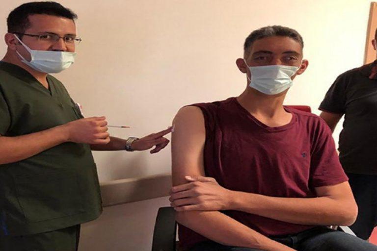 Dünyanın en uzun boylu adamı korona virüs aşısı oldu