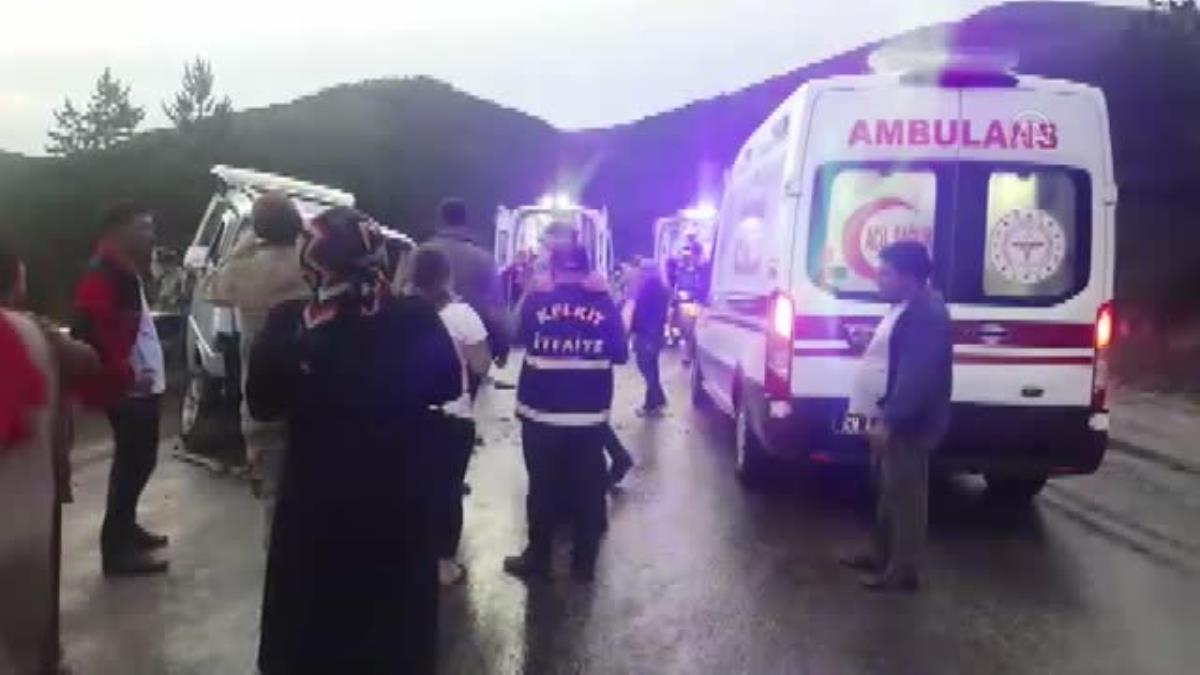 Gümüşhane de tırın kayan dorsesi minibüse çarptı: 7 yaralı